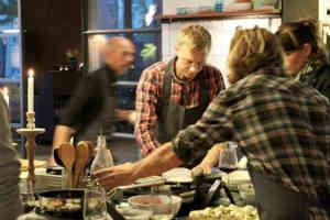 find en af de gode madkursus oplevelser i gave til mænd