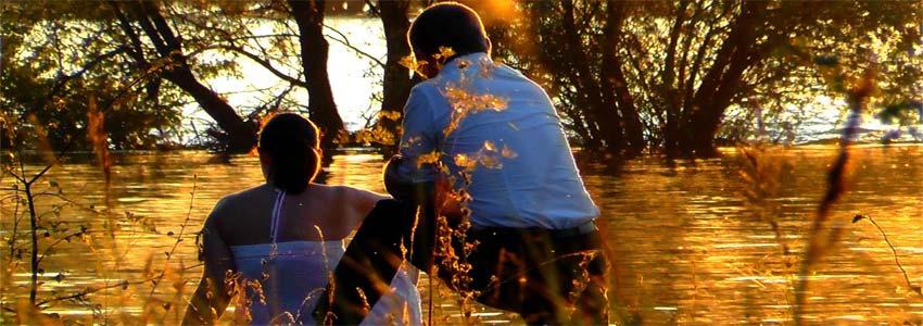 det kan være en afslappet oplevelse for et par at sidde ved vandet