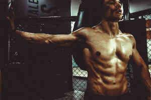 find noget fitness udstyr, kosttilskud eller lignede i gave til ham der træner