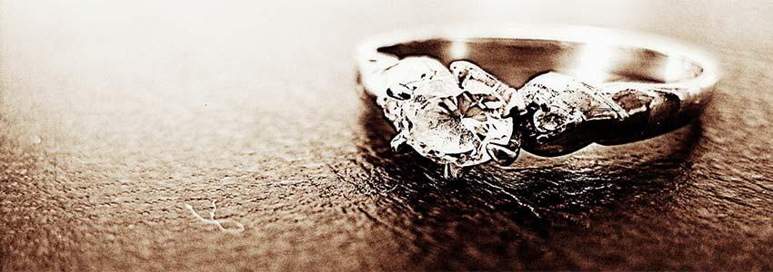 mange mænd giver en ring til kvinder