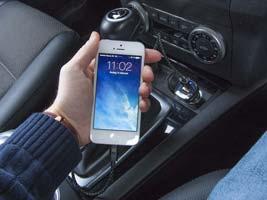oplad mobilen i bilen via en usb oplader