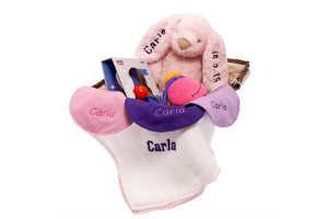 giv en sød gavekurv med navne ting som fødselsgave