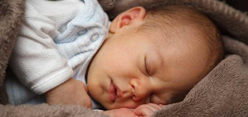 giv tøj i barselsgave til den nyfødte