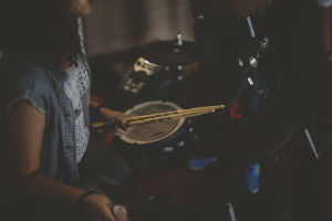 giv trommestikker i gave til ham der elsker trommer