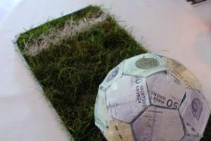 giv den sjove fodbold pengegave til drengens konfirmation