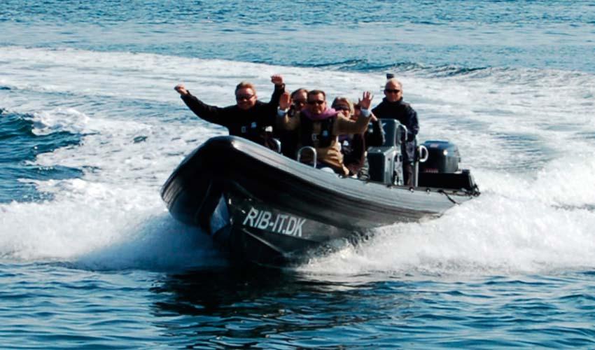 sejlads i speedbåd er noget de fleste mænd vil finde sjovt