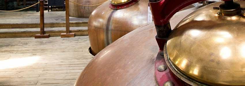 Lær om et destilleri og brygning af whiskey