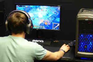 giv et nyt spil i gave til teenagedrengen der spiller computer