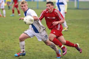 giv noget fodboldudstyr til drenge der dyrker fodbold