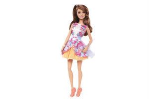 giv den lille pige en barbie dukke i julegave