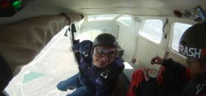 man springer ud af fly i faldskærmsspring