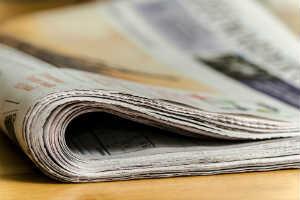 giv dagens avis med sløjfe i barnets farve som barselsgave