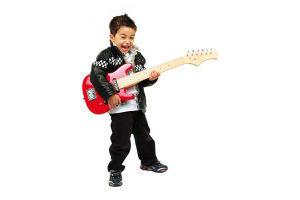 giv en guitar til drengen der spiller